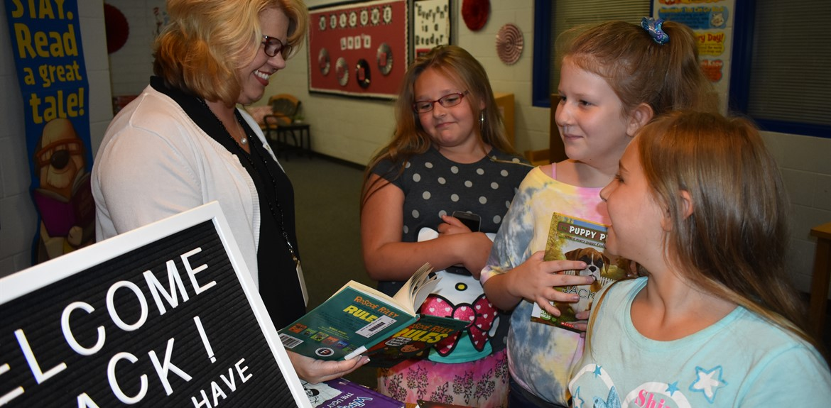 Monticello Elementary Media Specialist Tracy Slagle assisted students with reading materials at orientation
