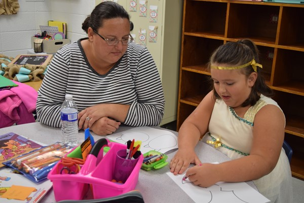Mother Tonya Stinson and her daughter Olivia Stinson doing crafts in Savannah Wilson's Class