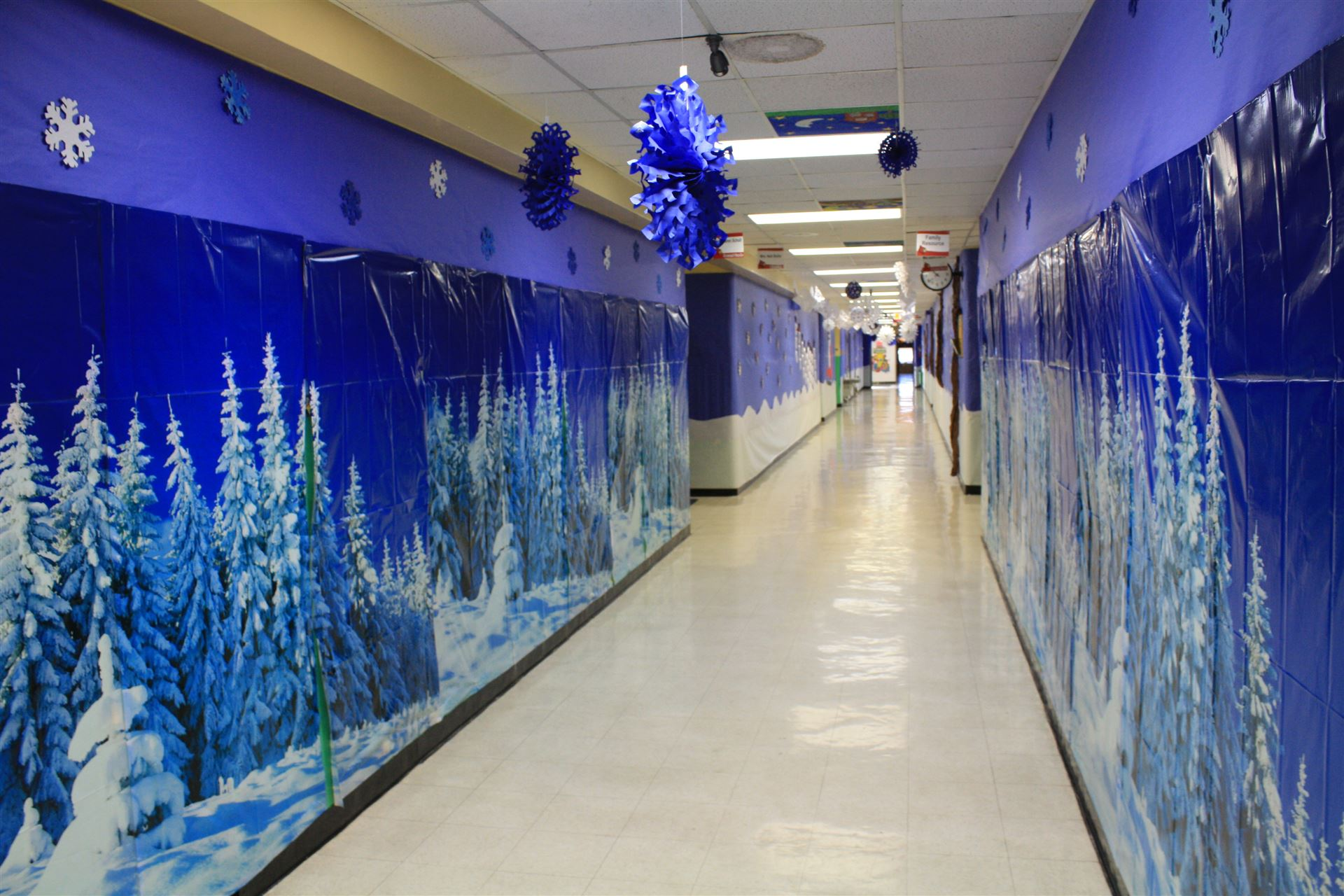 School hallway christmas decorating ideas ideas for Christmas hall decorations